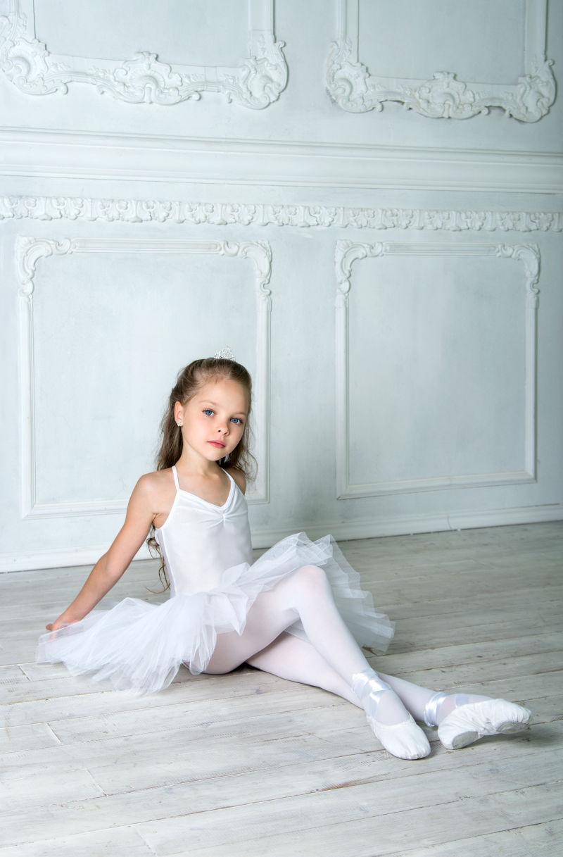 穿着白色芭蕾舞蹈服的女孩