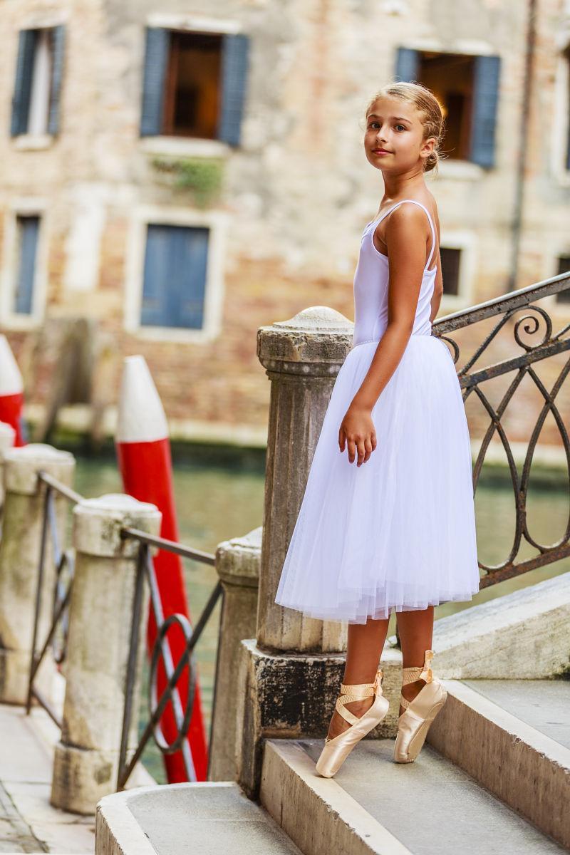 穿着白色舞蹈服的女孩