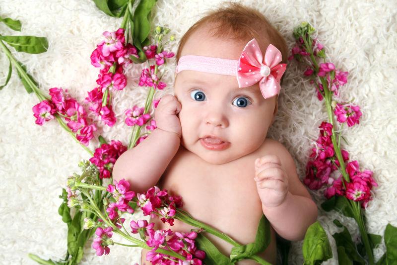 被花包围的宝宝