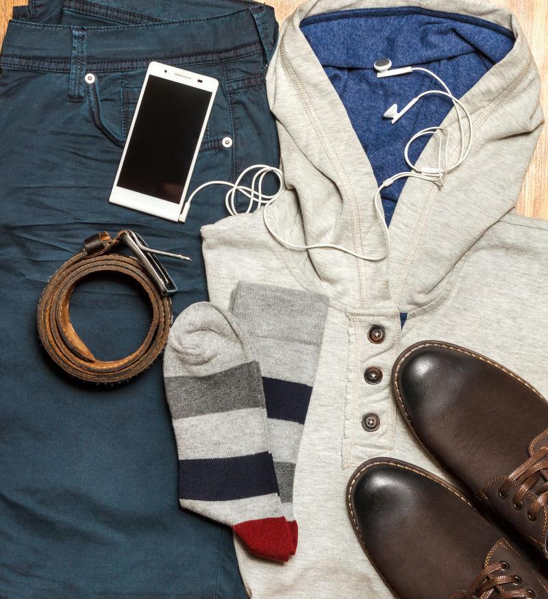 男士衣服上的鞋子和手机