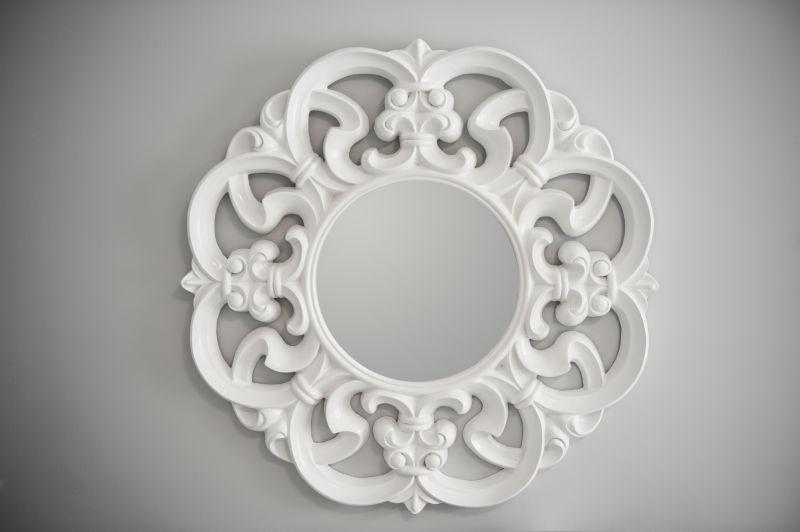白色背景上的一面镜子