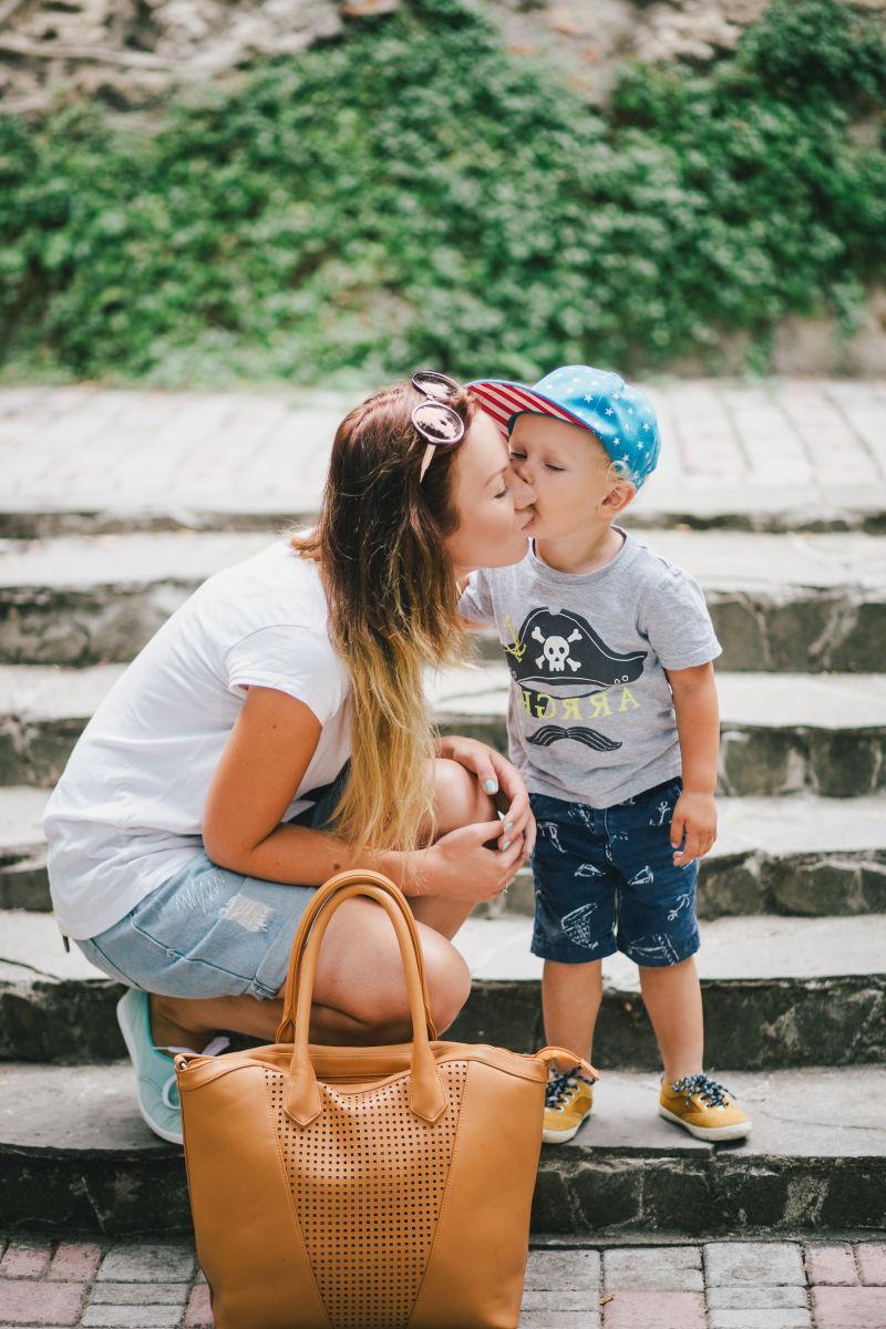 公园里小儿子吻他母亲