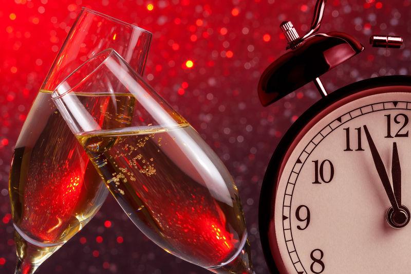 红色背景下的两杯香槟酒