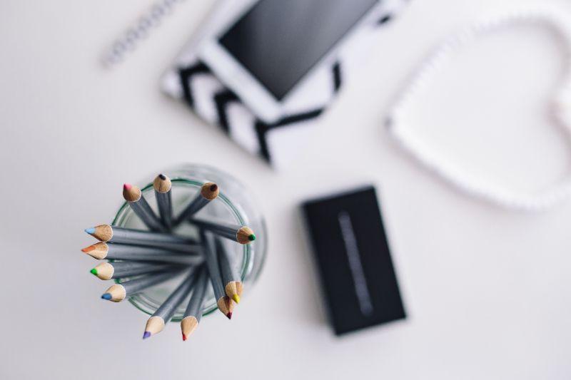 桌子上的铅笔等办公用品