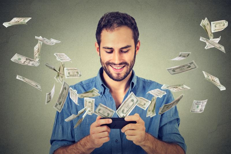 男子使用智能手机货币概念