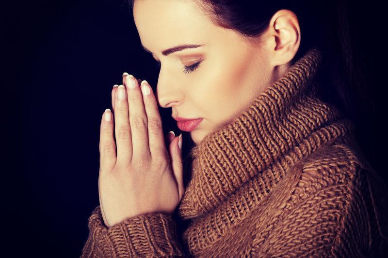 相信女人向上帝祈祷