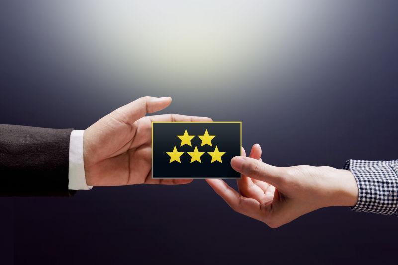 女客户把五星级的信用卡反馈到商家手中