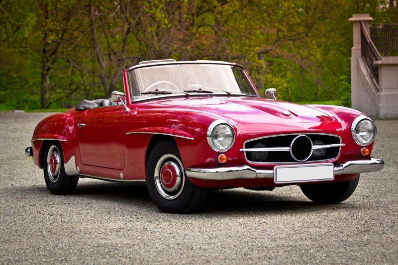 复古红色的老爷车