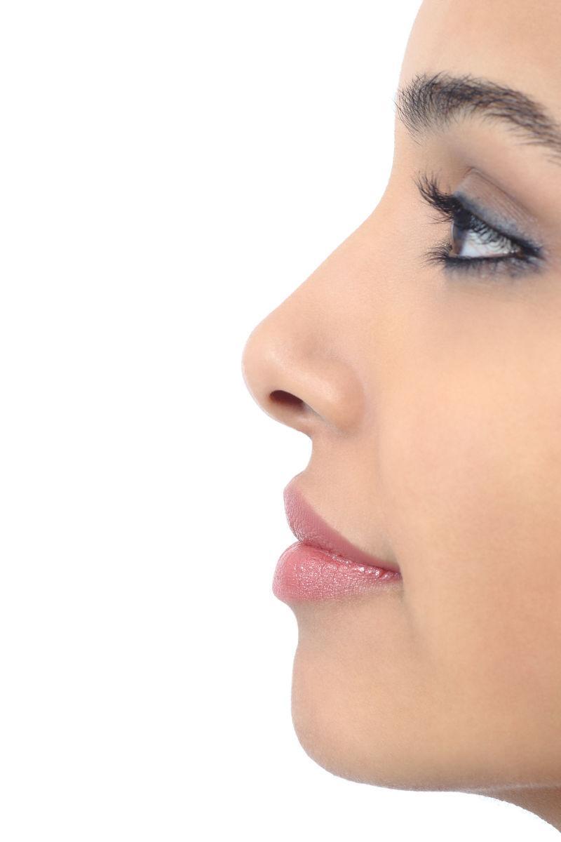 白色背景下完美女性鼻子的轮廓