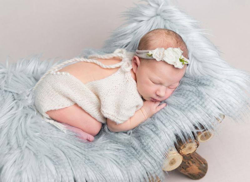 趴在毛绒毯上的宝宝