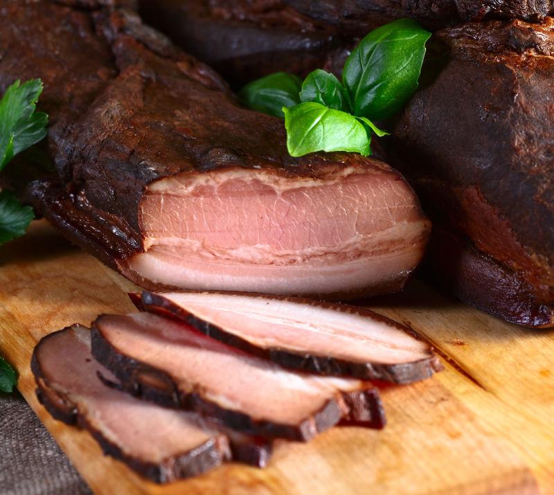 木质板上的肉类菜肴