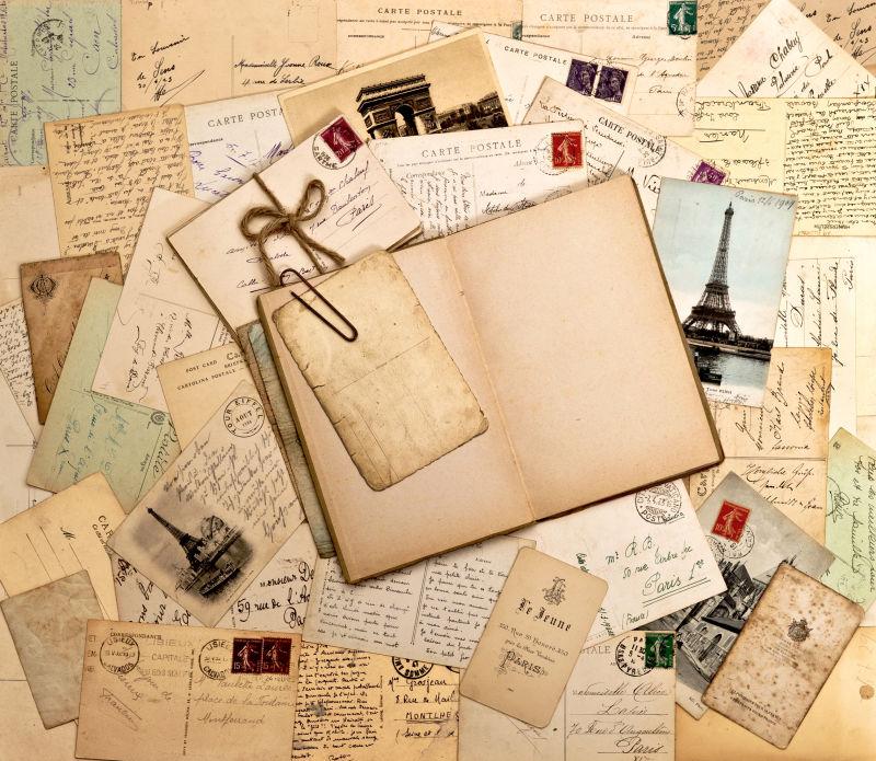 大量的旅游明信片与笔记本