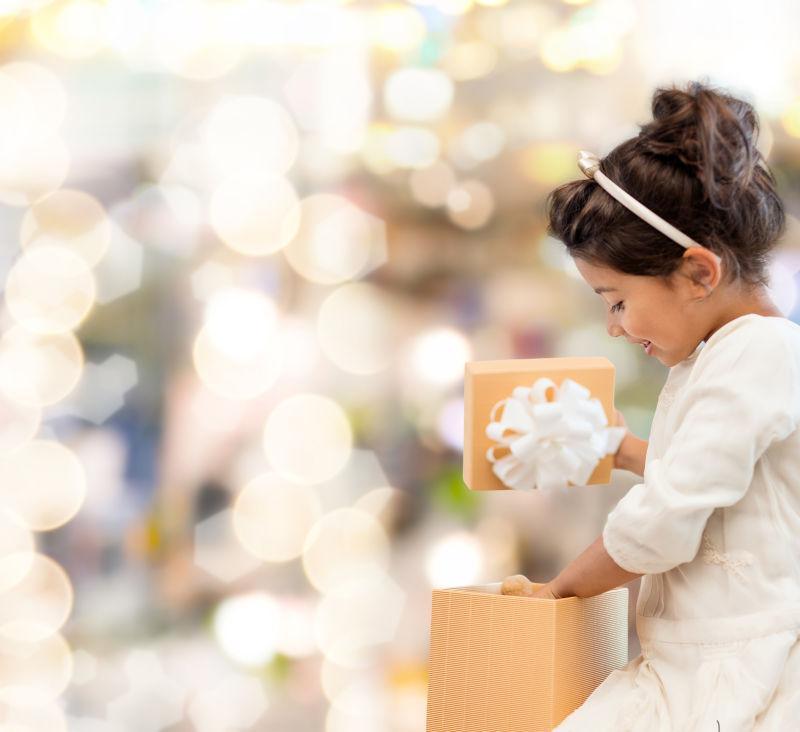 抱着礼品盒的女孩子
