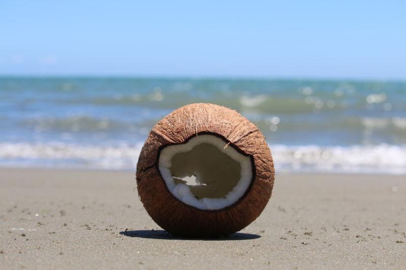 被开出一个洞的椰子