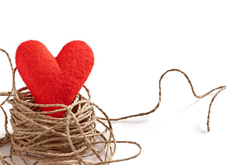 红色的爱心和绳子