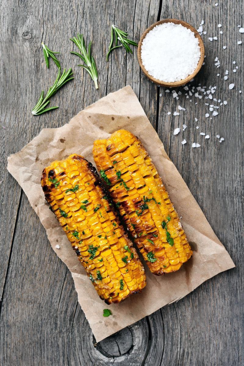 木桌上的烤玉米