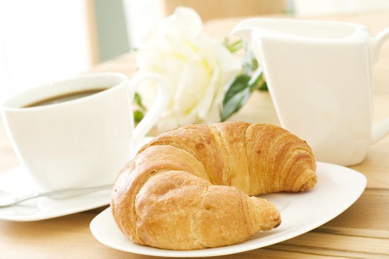 咖啡与牛角包的搭配