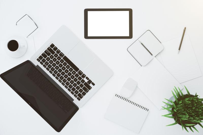 带有白色桌面上的配件和笔记本电脑