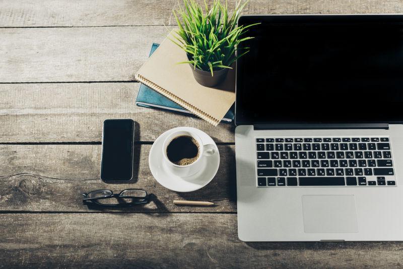 办公桌上的笔记本电脑和手机咖啡