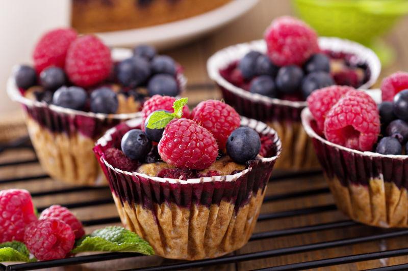浆果蛋糕配燕麦配新鲜浆果