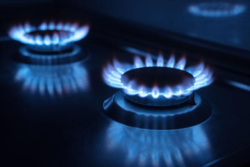 厨房里黑暗的两个煤气灶