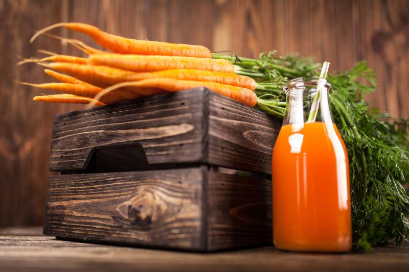 新鲜的胡萝卜和瓶装胡萝卜汁