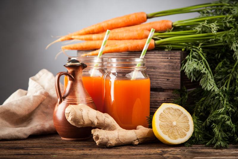 新鲜的胡萝卜和瓶装的胡萝卜汁