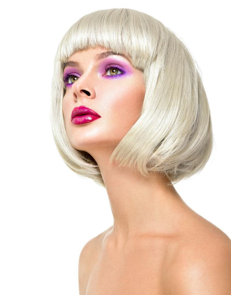短发美女的紫色眼影