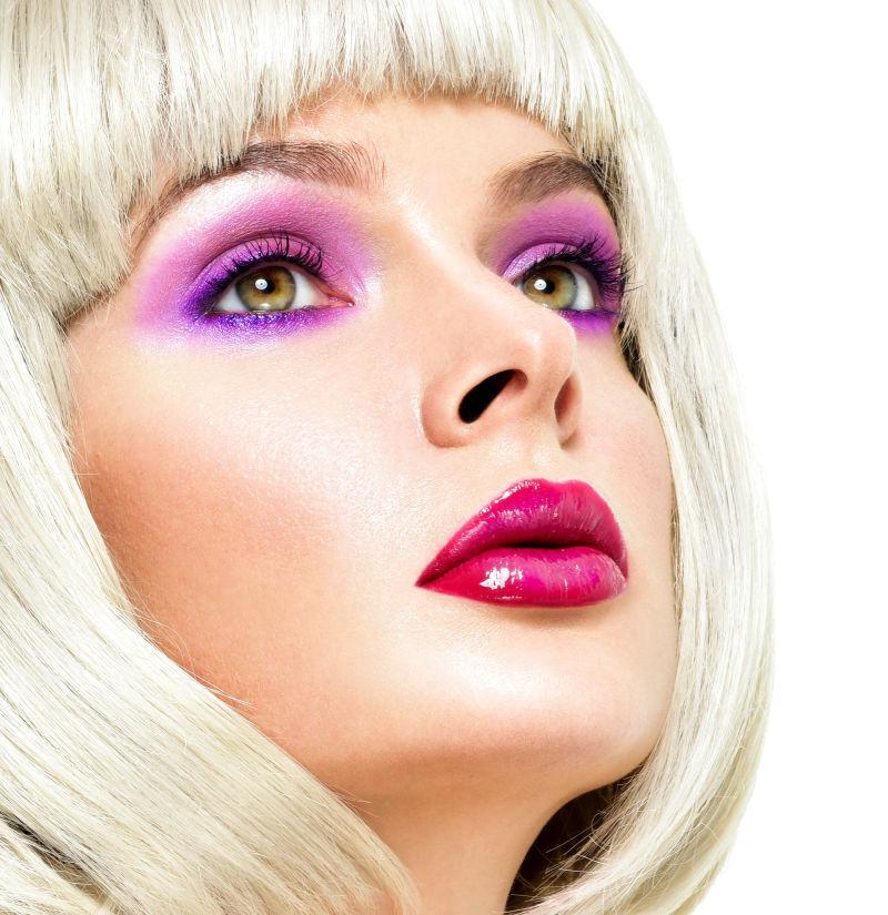 涂着紫色眼影的短发美女