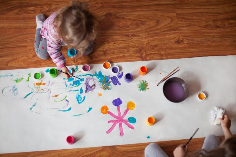 在白纸上画画的小女孩