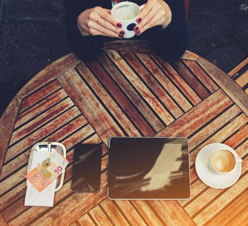 喝咖啡的美女在桌上放了钱