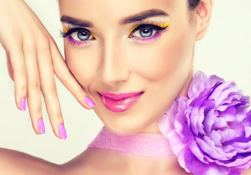 脖子上戴着紫色玫瑰花的美女