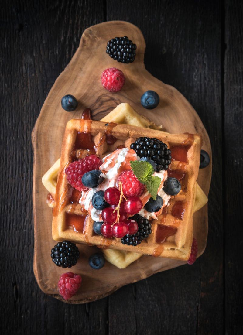 木制板上的莓果华夫饼
