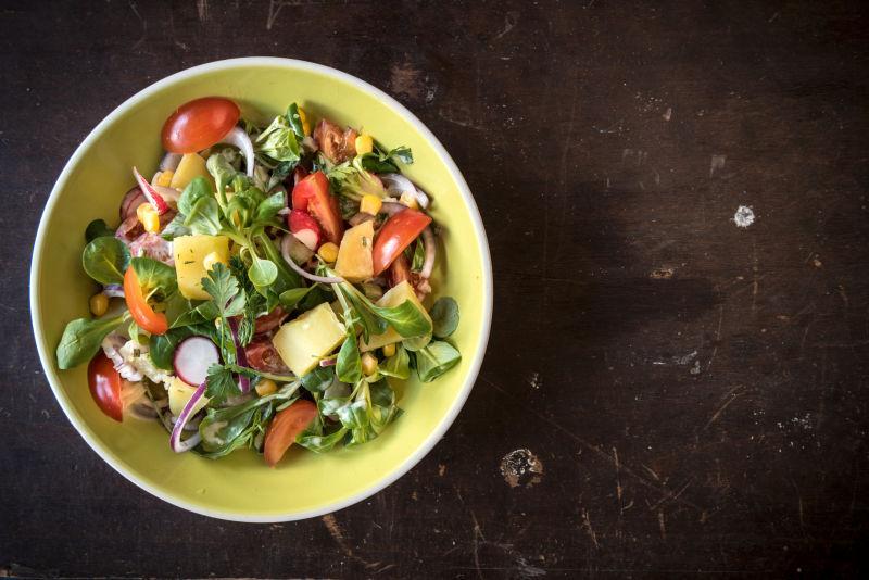 旧木板上的新鲜素菜沙拉