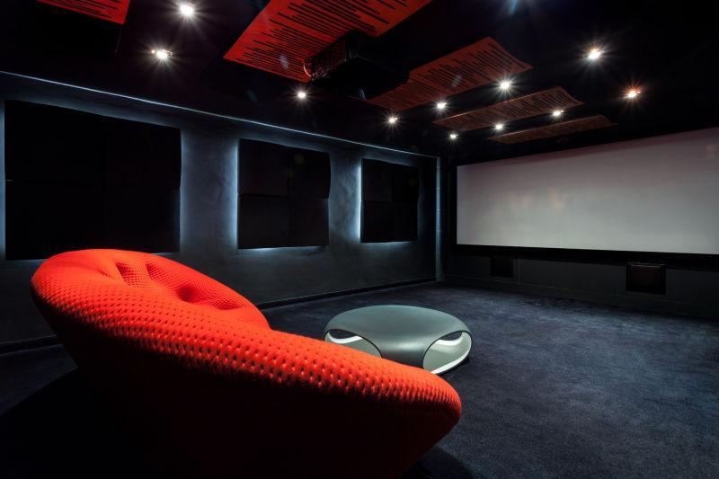 舒适的红色沙发家庭影院