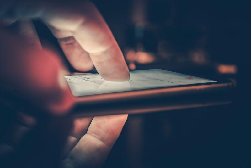 正在食用中的未来智能手机