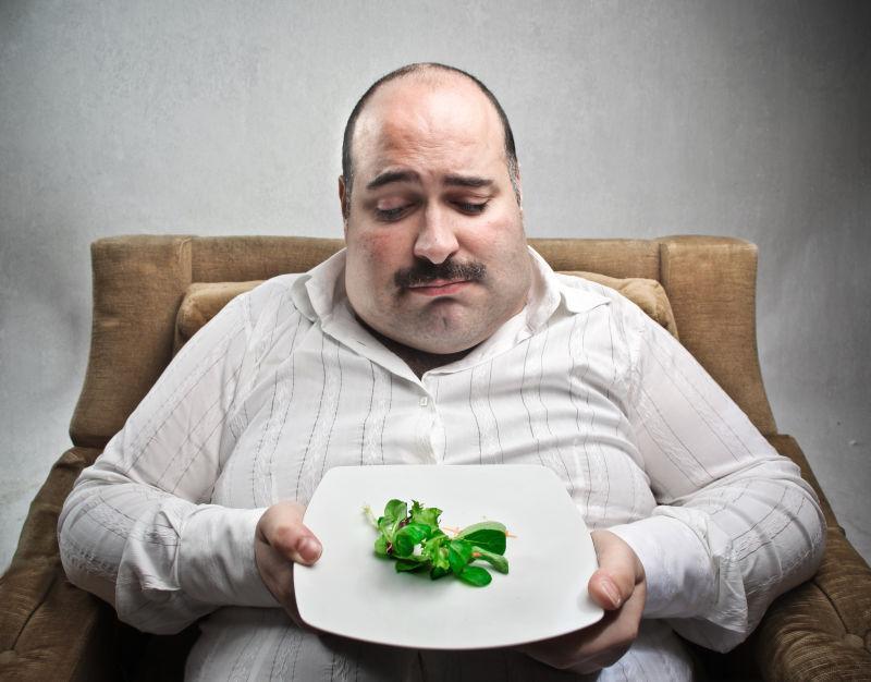 坐着的胖男人的健康饮食搭配