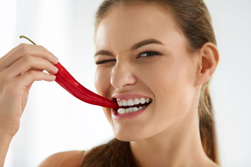 美女生吃红辣椒