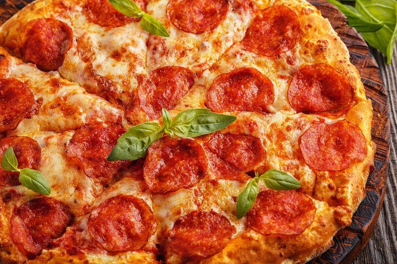 辣味香肠比萨奶酪和番茄酱