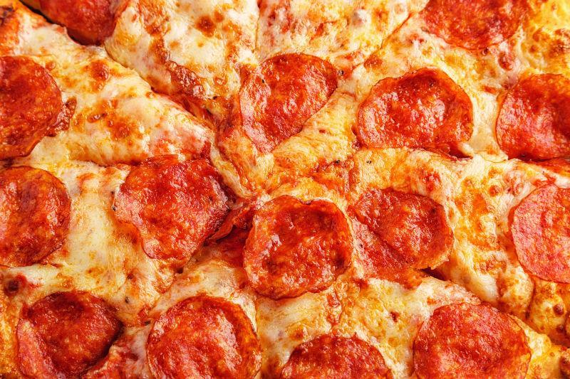 意大利辣味香肠的比萨奶酪和番茄酱