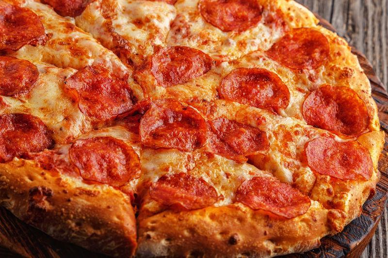 意大利辣味的香肠比萨奶酪和番茄酱
