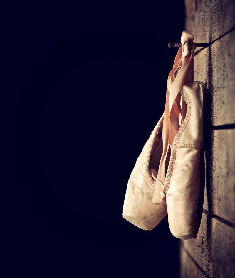 挂在墙上的旧舞鞋