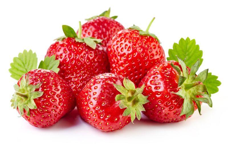 白色背景下的新鲜红草莓