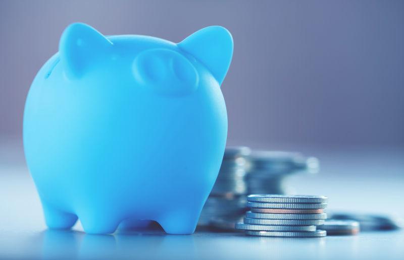 小猪存钱罐和硬币