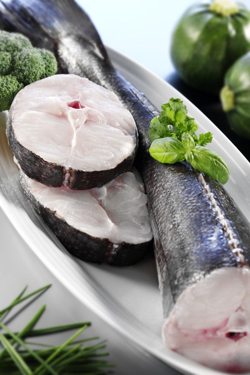 盘子里的新鲜鱼肉