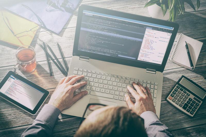 笔记本电脑前忙碌的程序员