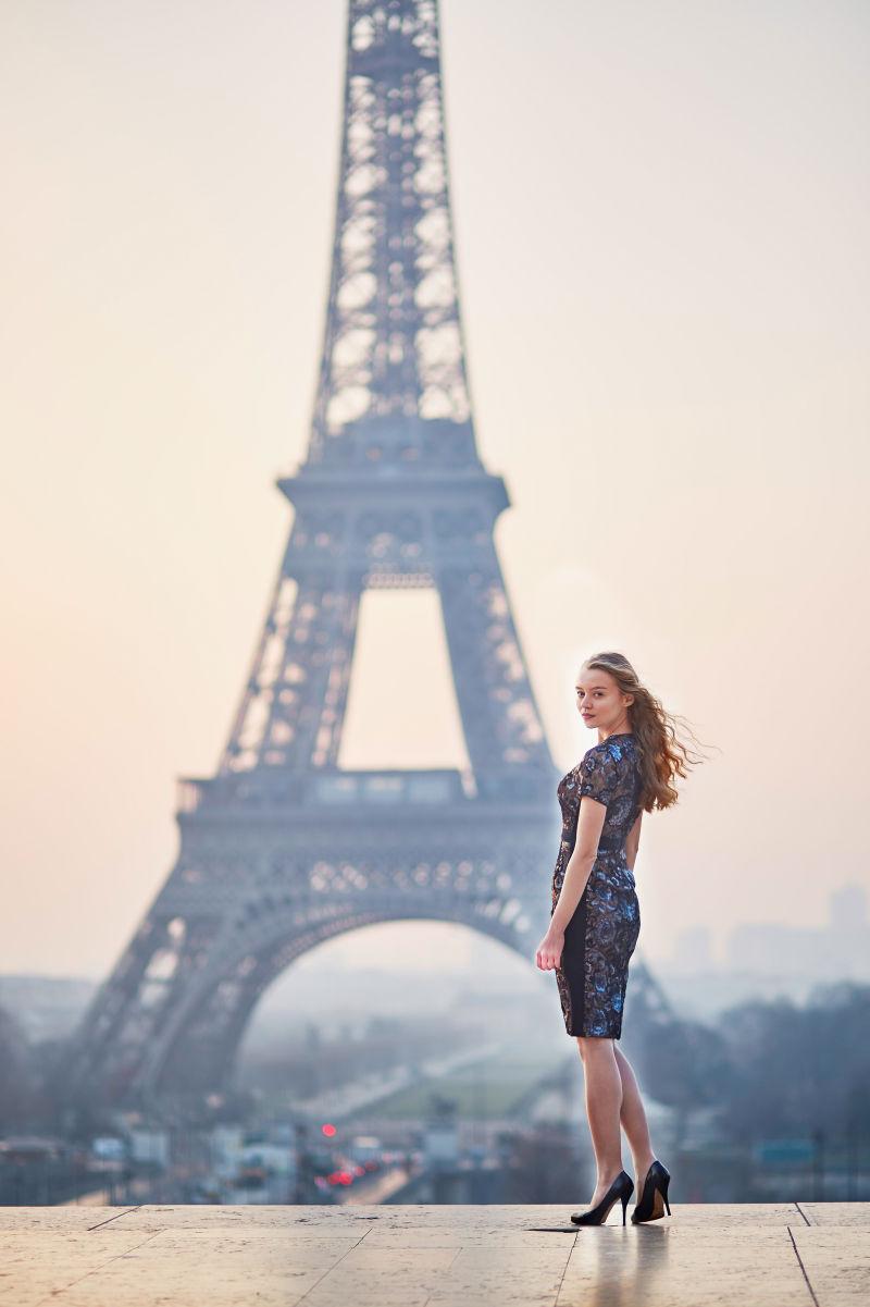 看向铁塔的美女穿着旗袍