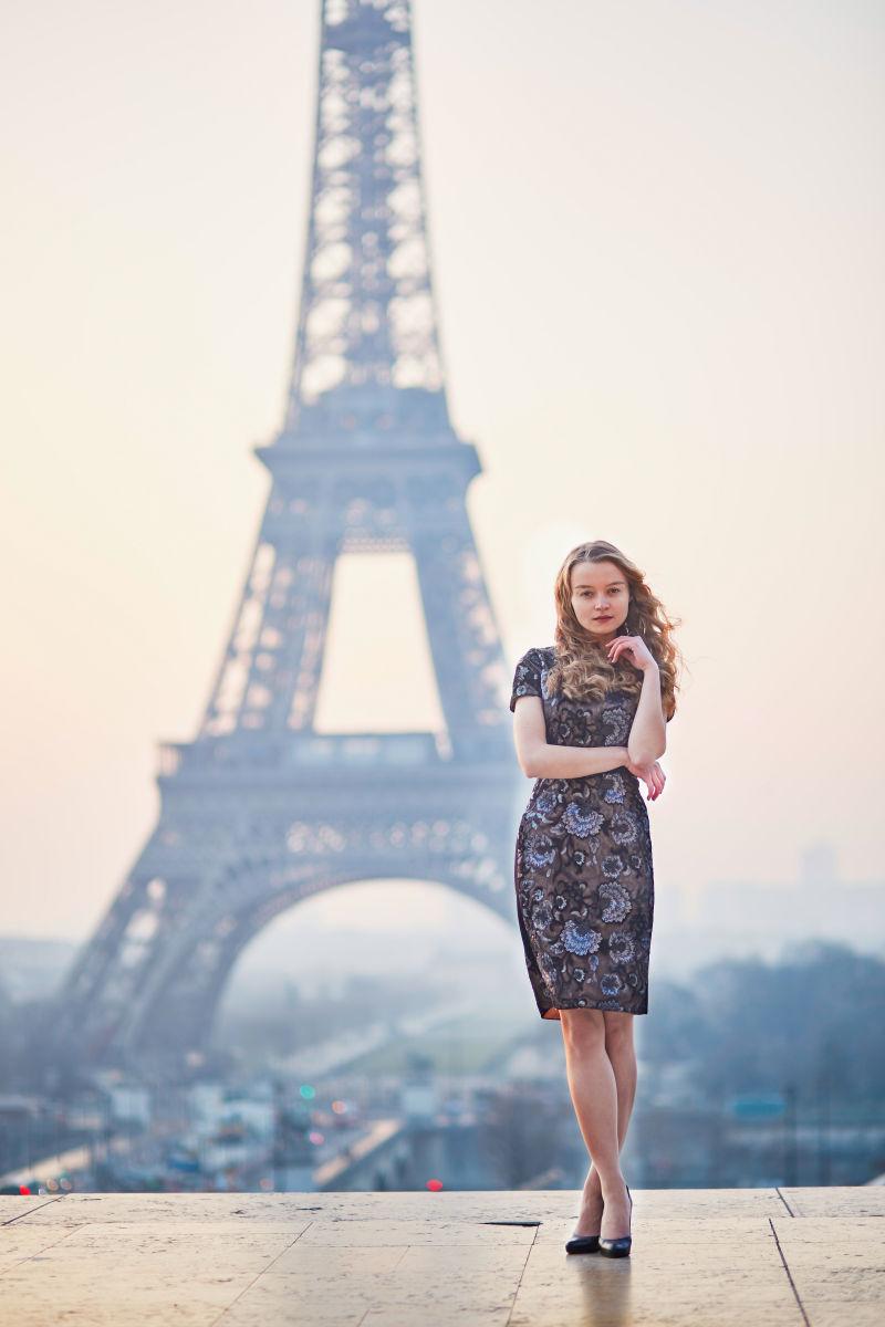 铁塔背景上的美女站在平台上
