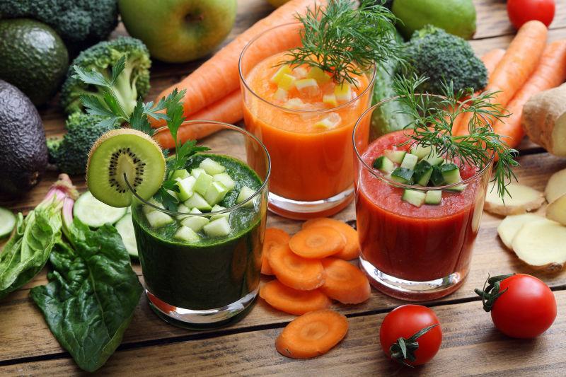 木桌上美味的蔬菜水果冰沙