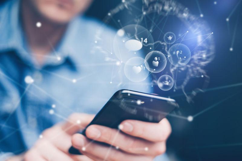 使用手机的商人与社交创意
